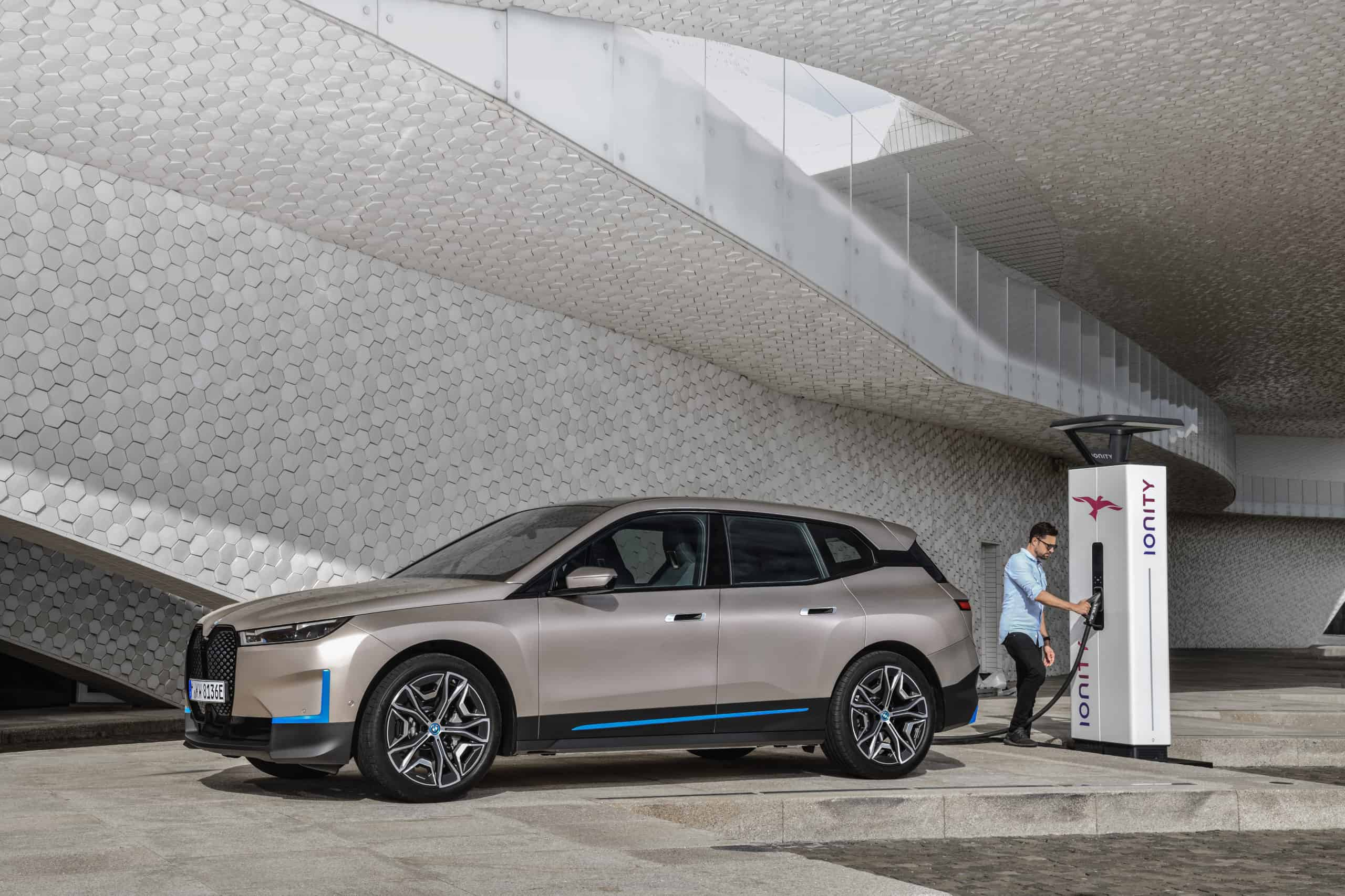 The BMW Vision iNEXT becomes the BMW iX